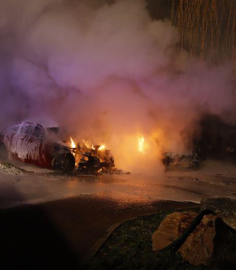 Twee auto's gaan in vlammen op in Cuijk, één in Arnhem; politie vermoedt brandstichting