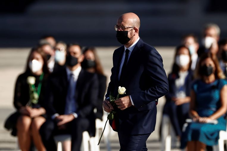 'EU-president' Charles Michel, die voor de zware taak staat 27 regeringsleiders op één lijn te krijgen op de aankomende EU-top, was donderdag in Madrid bij een herdenkingsbijeenkomst voor coronaslachtoffers.  Beeld EPA