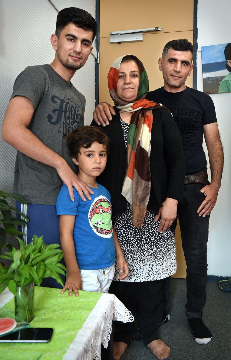 Van links naar rechts: Ibrahim, Daniël en ouders Salwa en Abdul Sattar. De school van dochter Sara liep uit, waardoor ze niet op tijd aanwezig kon zijn voor de foto. Beeld Marcel van den Bergh