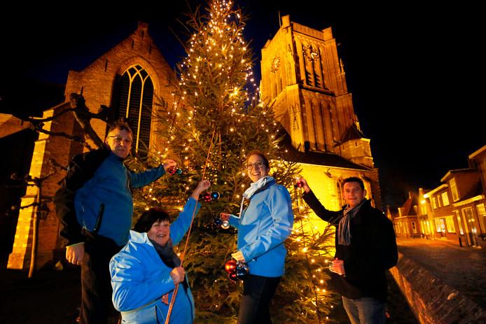 Frans Baks (links), Irma Reijnen, Chantal Smits en Gerrit de Joode bij de kerstboom in de vesting.