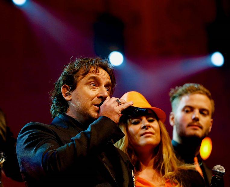 Marco Borsato, Trijntje Oosterhuis en Jim Bakkum zingen het Koningslied. Beeld ANP