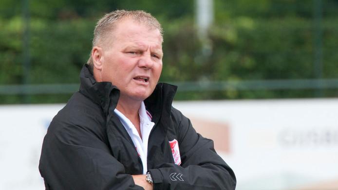 Michel Houterman volgt de verrichtingen van zijn elftal, in zijn periode als trainer van Jonge Kracht.