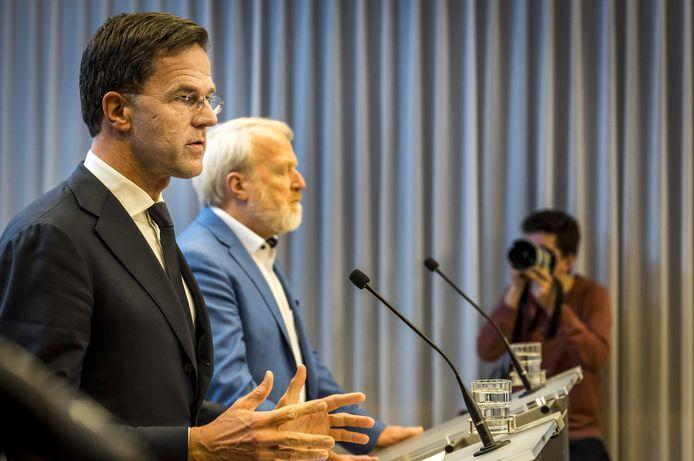 Premier Mark Rutte roept op te stoppen met handen schudden om verspreiding van het coronavirus tegen te gaan