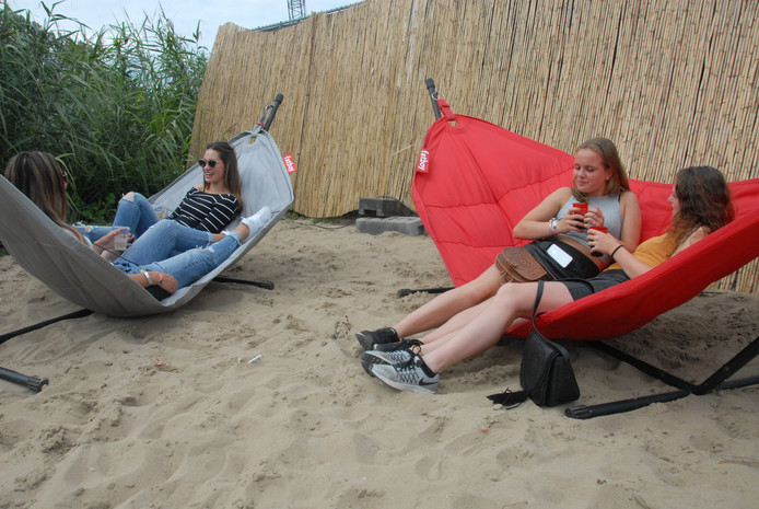 De aanwezige hangmatten maken de nagebootste strandomgeving compleet.
