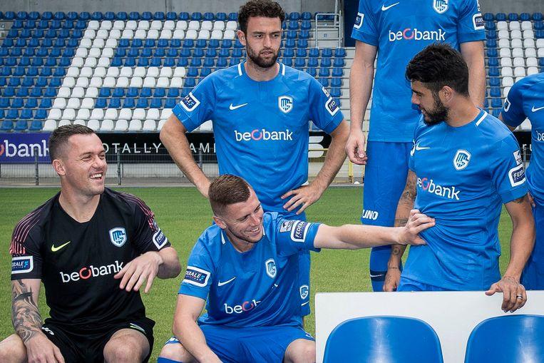 """""""Sta je niet wat te dik, Pozuelo?"""", lijkt verdediger Nastic zich af te vragen. Doelman Vukovic en Dries Wouters kijken toe."""