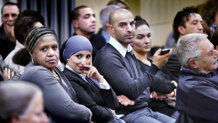 Fatima Elatik (met paarse hoofddoek) wacht op de publieke tribune het verloop van de vergadering af. Foto Jean-Pierre Jans (www.jeanpierrejans.nl) Beeld