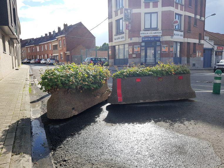De stad Halle plaatste bloembakken aan de knip op de Biezeweide zodat alle chauffeurs nu moeten omrijden.