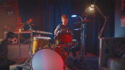Mirko (8) drumt met Triggerfinger op Rock Werchter