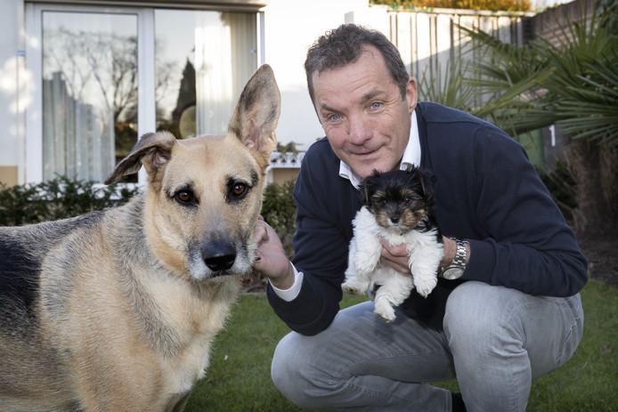 Zanger John de Bever met zijn honden.