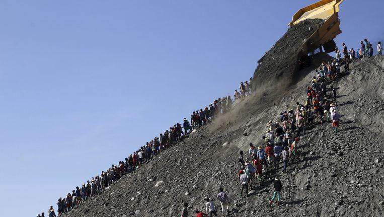 Mijnwerkers zoeken naar jade in Myanmar, in november vorig jaar.