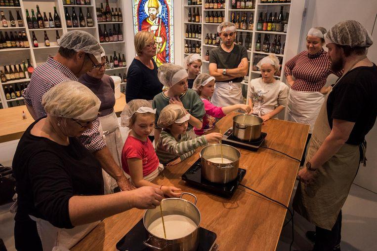 De kinderen leren onder andere hun eigen kaas maken.
