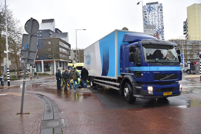 Een fietsster is onder een vrachtwagen gekomen op het Quackplein in Nijmegen.