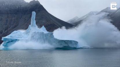Ijsberg stort in voor de ogen van toeristen