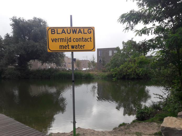 De gemeente heeft borden geplaatst bij de Piushaven.