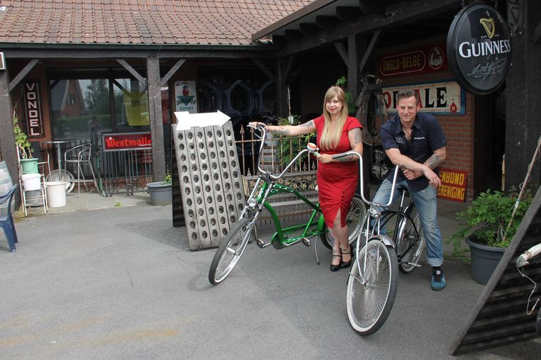 Steffi en Jef met enkele gepimpte fietsen aan De Brouwerij.