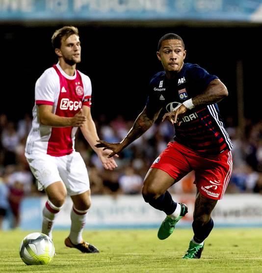 Joël Veltman van Ajax in duel tegen Memphis Depay van Olympique Lyon.