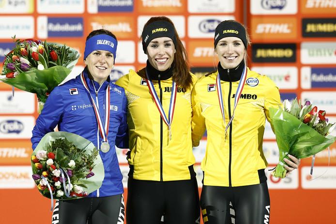 Ireen Wüst, Antoinette de Jong en Carlijn Achtereekte tijdens de prijsuitreiking van de 3000 meter op het NK afstanden in Thialf.
