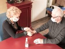 Marjan masseert handen van ouderen: 'Wanneer worden mensen nog liefdevol aangeraakt?'