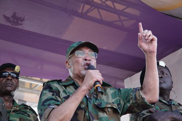 De Surinaamse president Desi Bouterse houdt een toespraak na afloop van de zitting van de krijgsraad buiten op het Onafhankelijkheidsplein.