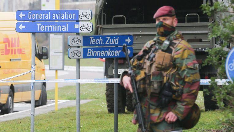 Een militair bij een ingang van het vliegveld in Brussel. Beeld null