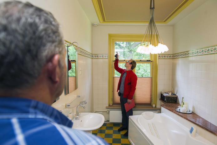 Een bouwkundige onderwerpt een huis dat te koop staat aan een bouwkundige keuring.