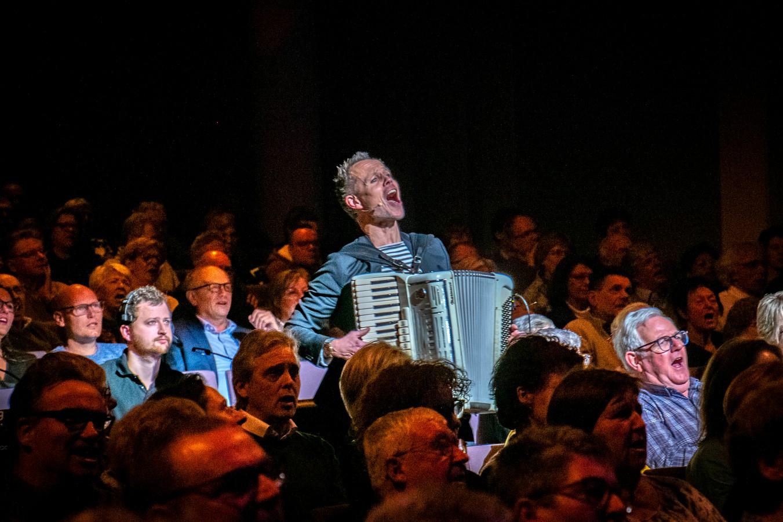 Peter Faber mengde zich voor een Tilburgse versie van 'The wild rover' met zijn accordeon tussen het publiek.