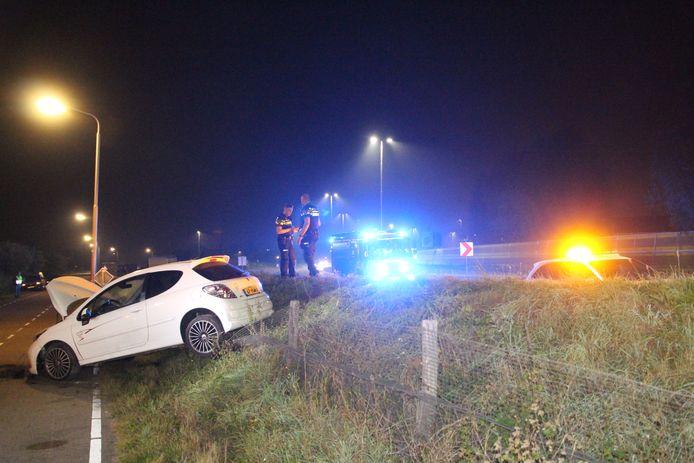 Een automobilist raakte van de weg en schoot over een dijkje in Pijnacker.