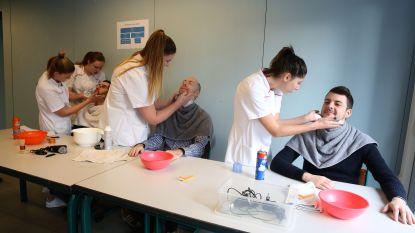 Scholieren CLW Don Bosco oefenen (zonder ongelukken) scheertechniek op leerkrachten