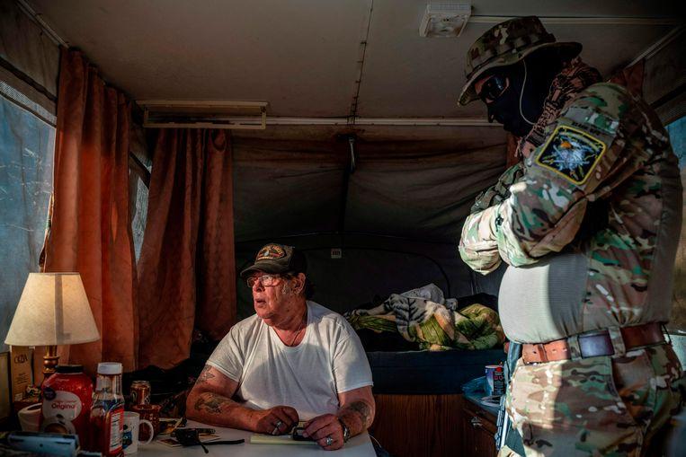 Striker en Viper, die met deze schuilnamen hun identiteit proberen te beschermen, in hun camper aan de Amerikaans-Mexicaanse grens.