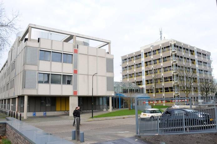De twee voormalige UWV-gebouwen aan de Christiaan Geurtsweg, de nieuwe noodopvang van Apeldoorn.