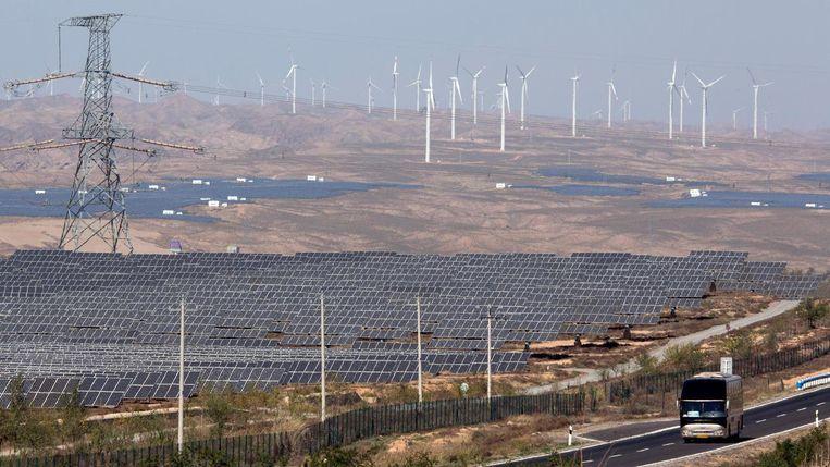 Zonne-energiepark en windmolenpark in het noordwesten van China. Beeld null