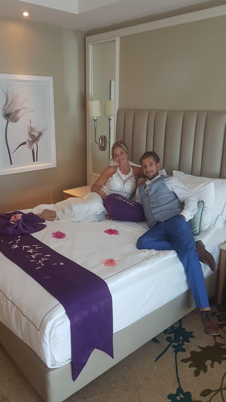 Jonggehuwden Tessa Smits en Dennis Dons in hun huwelijkssuite voor de komende dagen