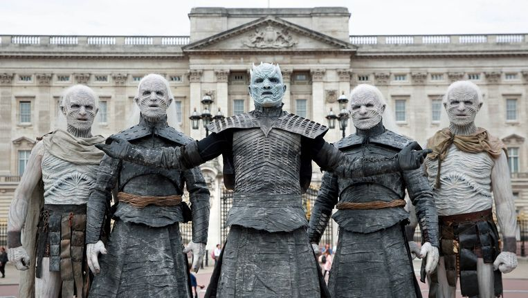 Vijf modellen gekleed als de Night King en White Walkers van Game of Thrones.