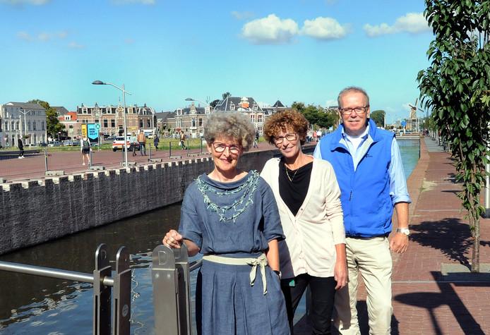 Van links naar rechts Leja van der Hoek, Nancy Wijnveen en Hans Rosier van de Stichting Urgente Noden.