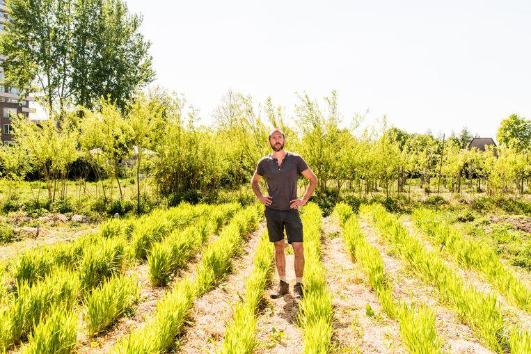 Howard Koster, een 37-jarige student biologische landbouw, is 'opperboer' van de Wageningen Student Farm. Beeld Jan Mulders