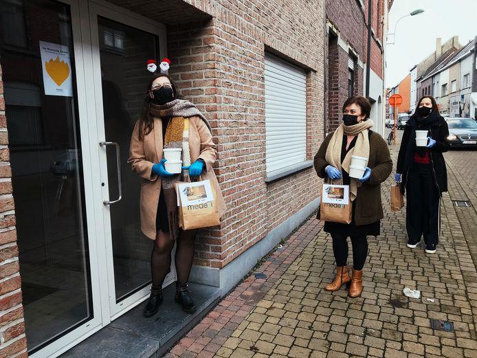Mederi draagt wafels en ijs rond in de Drie Sleutelsstraat.