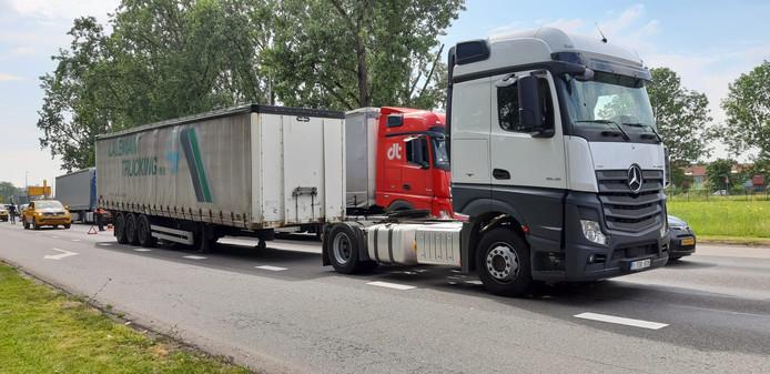 Een Vlaamse truckchauffeur is op de Nijmeegseweg in Arnhem-Zuid zijn oplegger verloren.