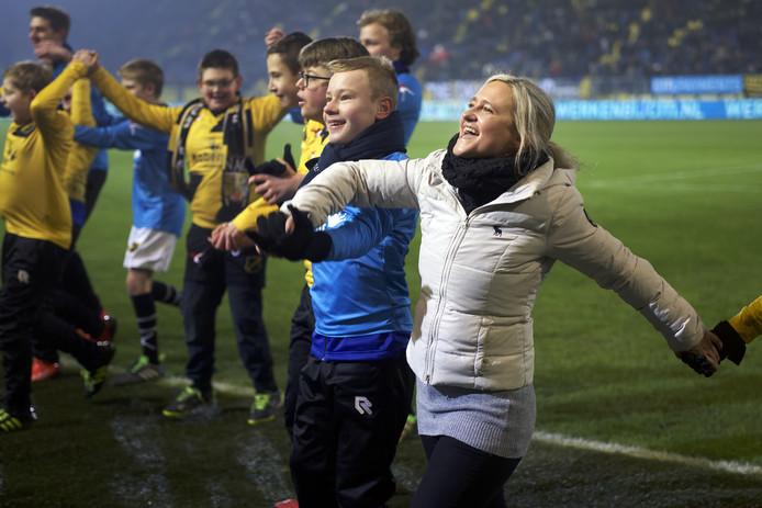 Claire de Heer is vrijwilligster bij voetbalvereniging NAC Breda en doet veel, onder andere begeleiding van de kidsclub. In de rust van de wedstrijd tegen RKC ging ze met spelers uit een G-team het veld op om penaltys te nemen, en om te juichen voor het publiek.
