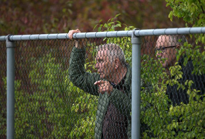 Kijken achter het hek, zoals hier bij het zaterdagteam van OBW tegen AWC, zit er tot januari ook niet meer in.