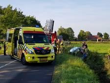 Brandweer bevrijdt gewonde vrouw uit auto in Glanerbrug