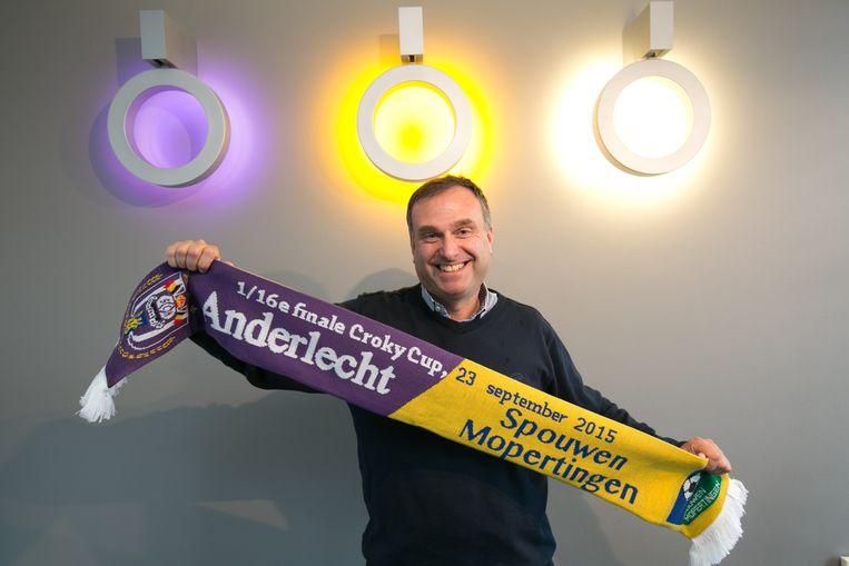 Luc Janssen liet sjaals maken met logo's van beide clubs.