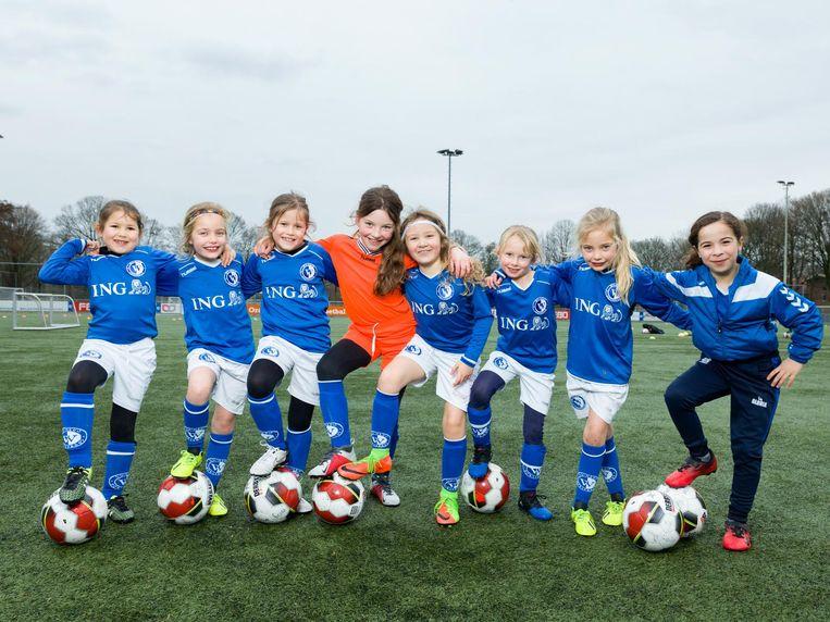 (vlnr) Valerie (7), Tess (7), Jolie (7), Vesper (8), Lola (7), Mees (7), Mare (7) en Sofia (7), JO9-8M, WV-HEDW. Beeld Ivo van der Bent
