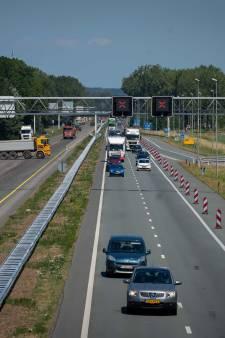 Barriers op A325 tegen sluipverkeer dat afgesloten afritten toch wil gebruiken
