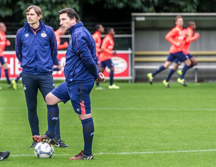 Luc Nilis aan het werk bij PSV in 2015, samen met hoofdcoach Phillip Cocu.