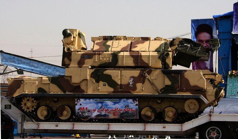Het Tor-M1-luchtdoelsysteem, dat door Iran zou zijn gebruikt tegen de Boeing 737, wordt bij een militaire  parade in Teheran getoond aan het publiek.  Beeld Reuters