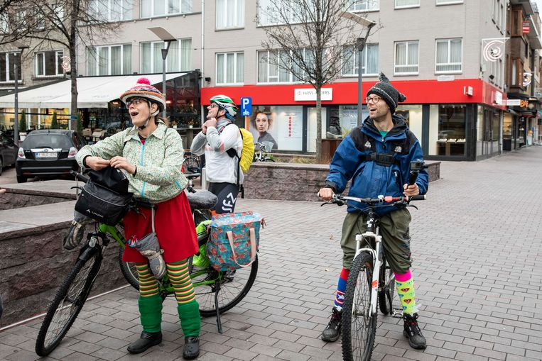 Moe maar voldaan arriveren de mediclowns op hun eerste halte van een fietstocht van 200 kilometer langs negen ziekenhuizen in Limburg en Vlaams- Brabant.