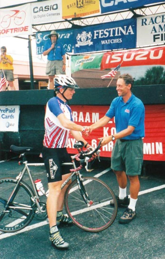 Rieks Koning uit Haarle komt in 2000 aan de finish van de Race Across America, de langste tijdrit ter wereld.