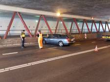 Auto komt tot stilstand tegen wand in Velourstunnel in Hengelo