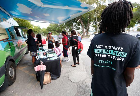 """De afgelopen weken werd druk campagne gevoerd voor het afschaffen van de maatregel: """"Fouten uit het verleden zouden iemand toekomst niet mogen bepalen"""", staat er op dit t-shirt."""