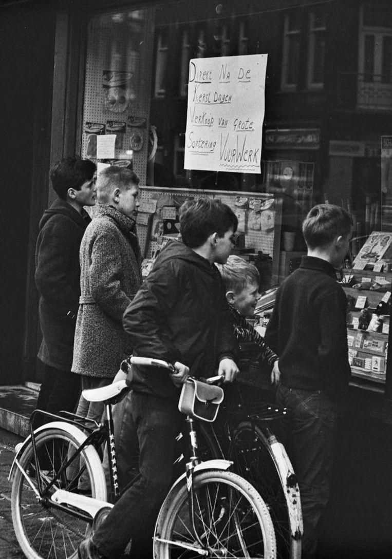 'De winkels, die de begeerde donderslagen verkopen, staan de dagen na Kerstmis in het centrum van de jeugdige belangstelling.' Beeld anp